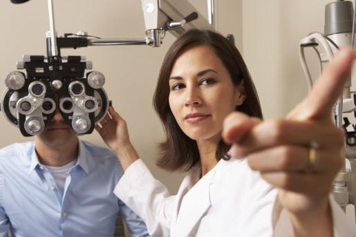 eye-doctor-giving-eye-exam